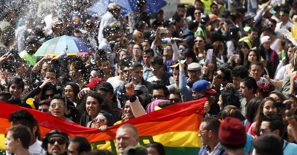 28.jun.2015 - Ativistas participam de Parada do Orgulho Gay, em Bogotá, Colômbia, neste domingo (28)