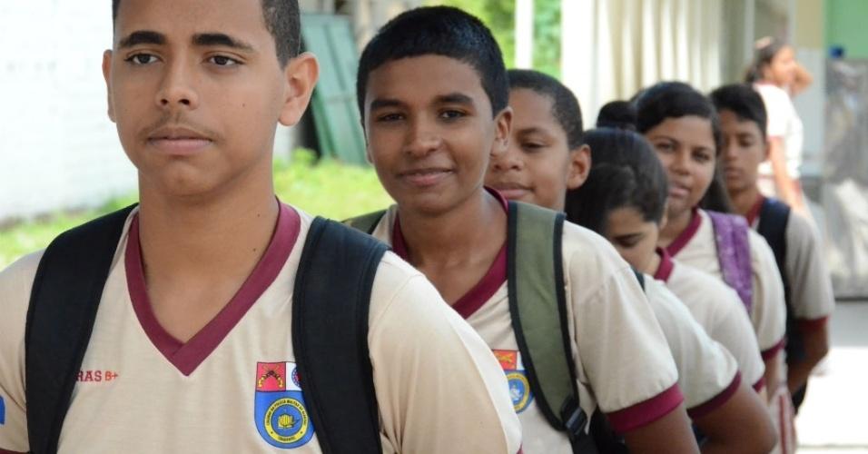 Estudantes marcham e ficam perfilados durante horário de aula na Escola Militar Tiradentes, em Maceió