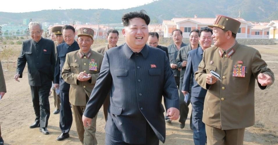 8.out.2015 - Ditador norte-coreano Kim Jong-un visita uma aldeia recém-construída, como parte das celebrações dos 70 anos do Partido dos Trabalhadores da Coreia do Norte, fundado em outubro e 1945