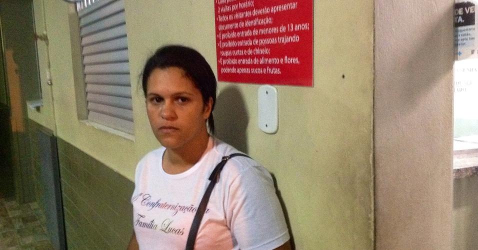 05.nov.2015 - Cleonice Maria Lucas, 35, busca informações sobre o ex-marido, motorista de uma empresa que trabalhava na barragem da Samarco em Mariana (MG)