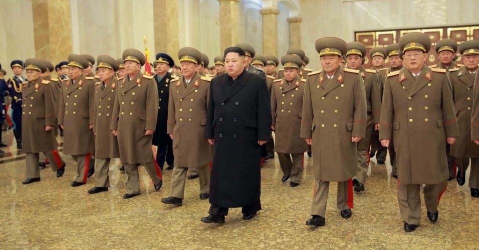 17.dez.2015 - O líder norte-coreano Kim Jong-un caminha cercado por oficiais do Exército do Povo Coreano ao visitar o palácio de Kumsusan, onde há um memorial para seu pai, Kim Jong-II, em Pyongyang