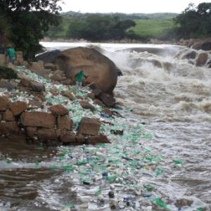 Lixo se acumula nas margens do rio Tietê, em Salto (SP)