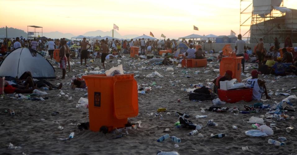 1º.jan.2016 - Dois mil e quinze passou, mas o lixo ficou pela areia da praia de Copacabana, na zona sul do Rio de Janeiro, na manhã do primeiro dia de 2016, após a tradicional festa de Réveillon