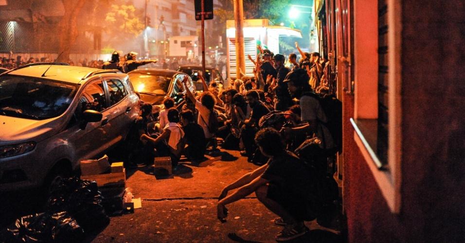 12.jan.2016 - Manifestantes se sentam em calçada no cruzamento da rua Sergipe com a avenida Angélica, no bairro de Higienópolis, em São Paulo. Protesto continuou mesmo após polícia reprimir com bombas de gás