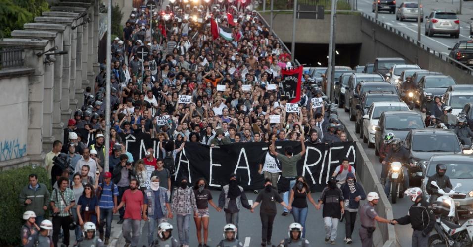 19.jan.2016 - Grupo que seguiu pela avenida Rebouças faz caminhada até a sede da prefeitura, no centro de São Paulo, passando pela avenida Paulista e avenida 9 de Julho