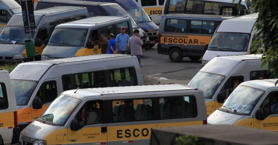 21.jan.2016 - Motoristas de vans de transporte escolar protestam por mudanças na regulação do serviço da categoria, em São Paulo. Eles pedem o fim da exigência de novo credenciamento do Transporte Escolar Gratuito e alterações nas regras de pagamento pela prefeitura