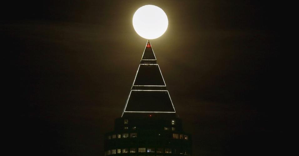 25.jan.2016 - Lua sobre a torre Messeturm cria bela paisagem no início da noite em Frankfurt, na Alemanha