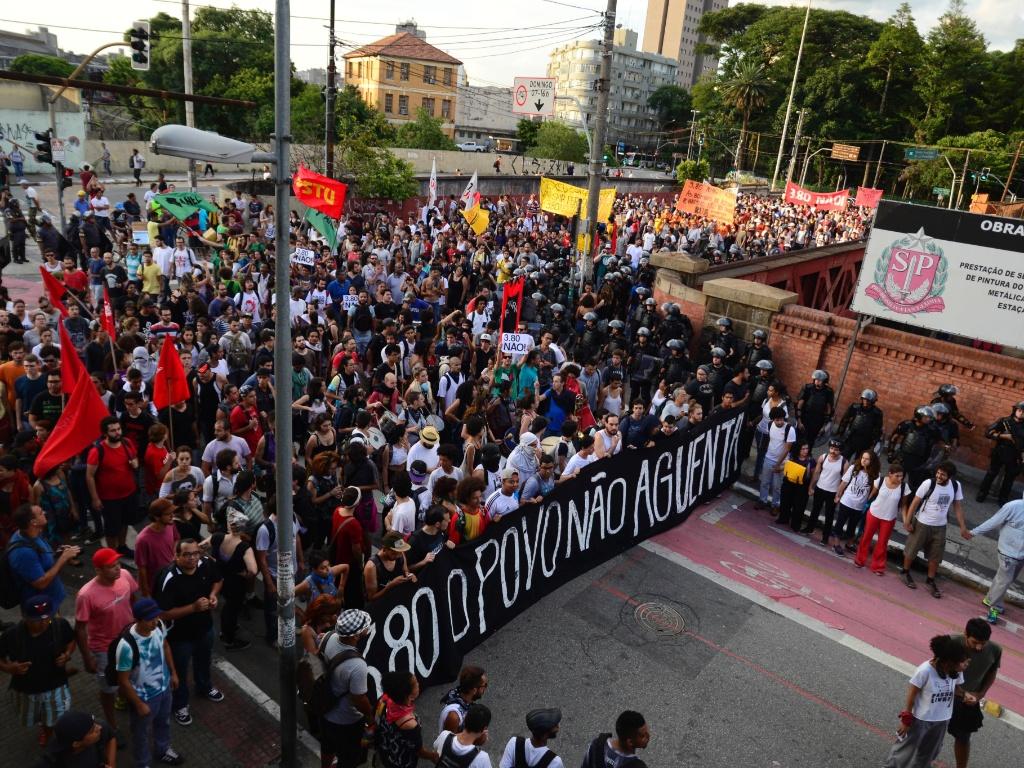 26.jan.2016 - Manifestação contra aumento das tarifas do transporte público avança pelo centro de São Paulo. Grupo quer revogação do aumento de R$ 3,50 para R$ 3,80 nos preços das passagens em ônibus, metrô e trens