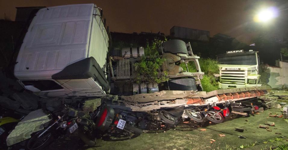 2.mar.2016 - Dois caminhões caíram no estacionamento de um condomínio na noite desta terça-feira (1º) e um deles atingiu ao menos nove motos, no Jardim Danfer, zona leste de São Paulo - ninguém ficou ferido