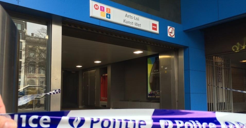 22.mar.2016 - Estação de metrô é isolada em Bruxelas após dois ataques a bomba registrados em uma estação de metrô e no aeroporto internacional da capital belga.