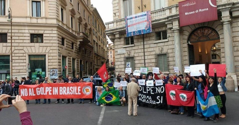 16.abr.2016 - Brasileiros em Roma, na Itália, se manifestam contra o impeachment da presidente Dilma Rousseff e a favor da democracia. Eles levaram faixas em italiano e bandeiras do Brasil e do MST (Movimento dos Trabalhadores Sem Terra)