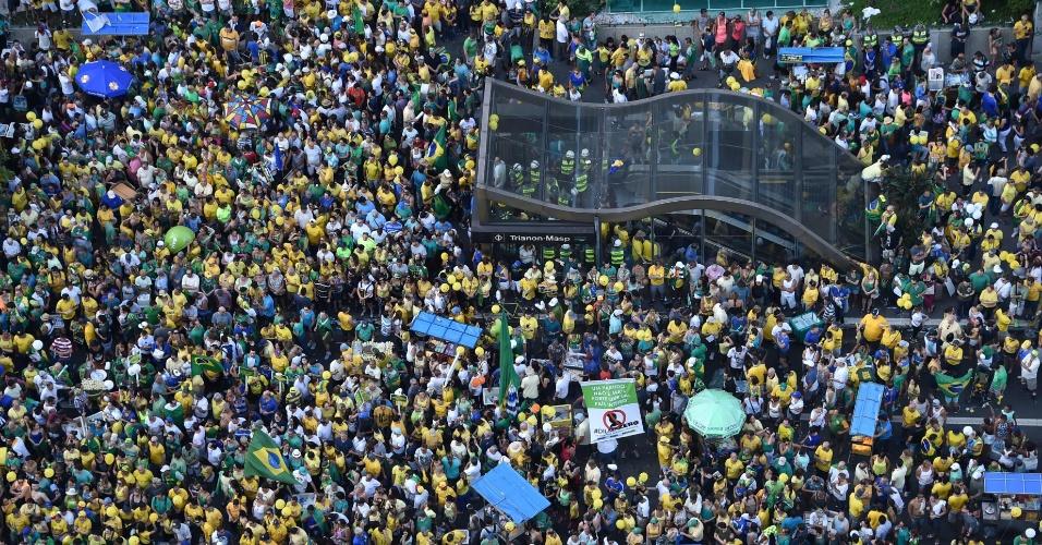 17.abr.2016 - Manifestantes a favor do impeachment da presidente Dilma Rousseff lotam avenida Paulista, na região central de São Paulo, na altura da estação Trianon-Masp