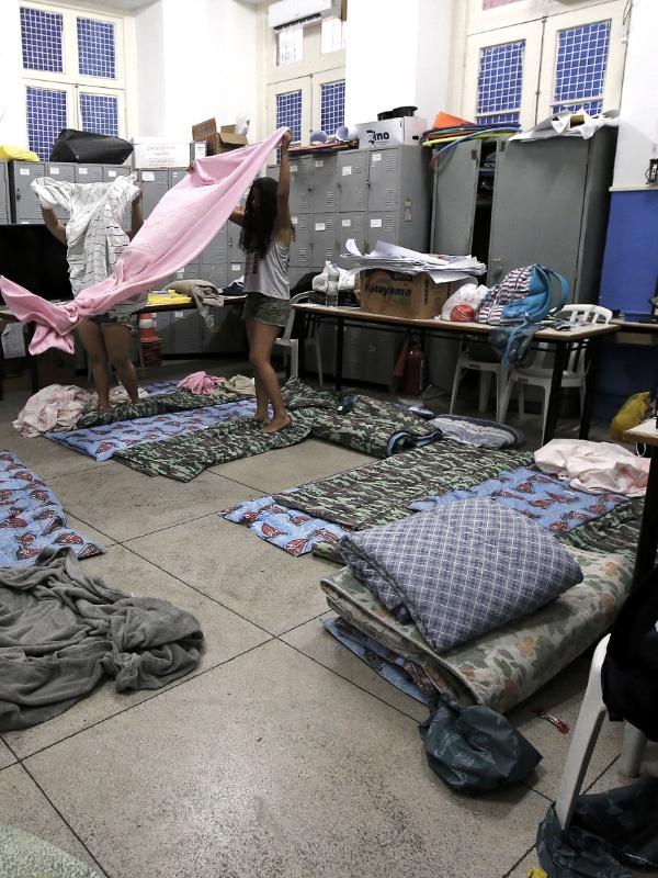 20.abr.2016 - Alunas arrumam o local improvisado como dormitório no Colégio Estadual Amaro Cavalcanti, na zona sul do Rio. As escolas estão ocupadas em apoio à greve dos professores e para pedir melhorias no ensino na rede estadual