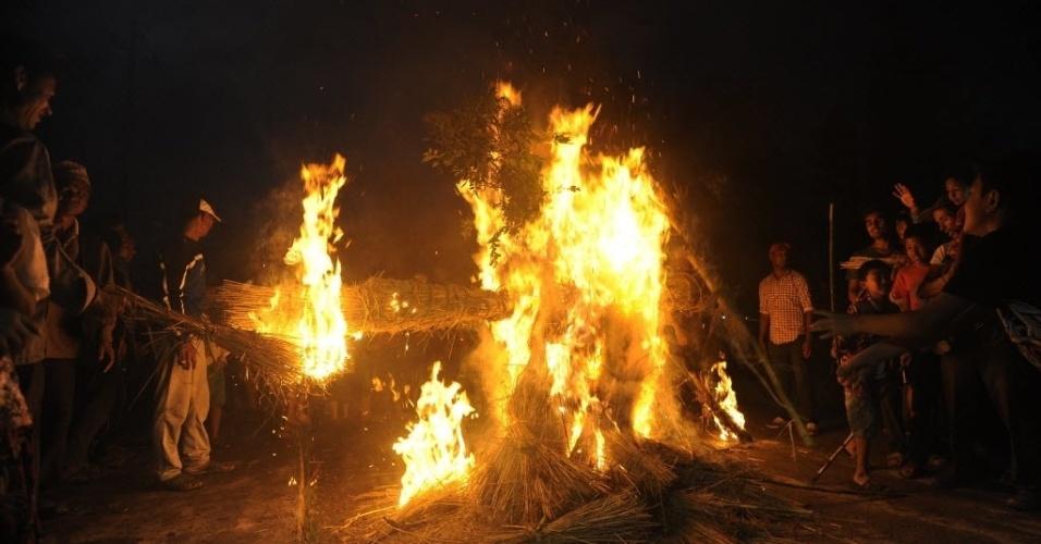 """1º.ago.2016 - Fieis participam de celebrações para marcar o festival hindu de """"Gathemangal"""", também conhecido como Ghanta Karna, em Bhaktapur, no Nepal. O evento comemora a derrota do demônio mítico Ghanta Karna e é marcado pela realização do drama lendário nas ruas"""