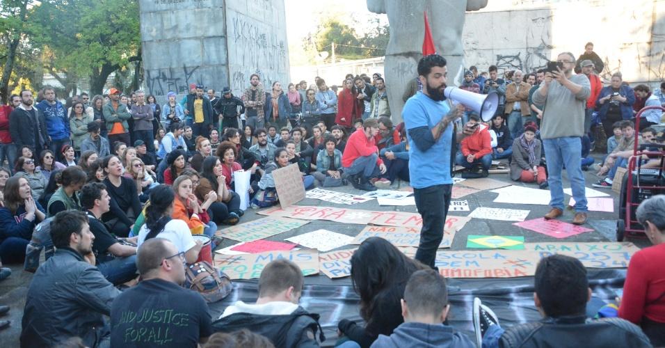 4.set.2016 - Curitiba também teve ato contra o atual presidente Michel Temer (PMDB). Manifestantes se concentraram na praça 19 de dezembro, no centro da cidade