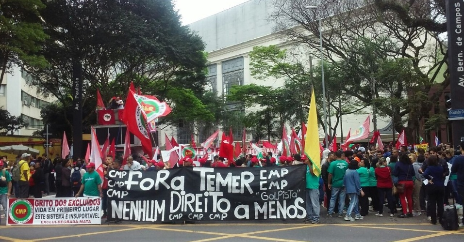 """7.set.2016 - Integrantes de movimentos sociais se concentram  na praça Osvaldo Cruz, no Paraíso, região sul de São Paulo, para mais uma edição do Grito dos Excluídos. Eles seguirão em passeata até o parque do Ibirapuera, na mesma região. Os manifestantes gritam """"Fora, Temer"""""""