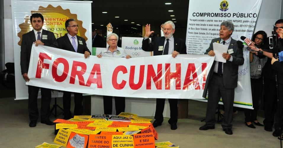 12.set.2016 - Deputados do PSOL pedem perda de mandato do deputado afastado Eduardo Cunha (PMDB-RJ). O partido é um dos que entraram com a representação que pediu a cassação do parlamentar. Eles montaram um 'pódio da cumplicidade' no Salão Verde da Câmara, onde fica a entrada para o plenário de votações