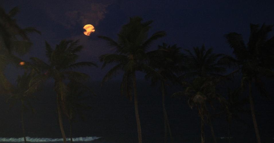 Superlua é vista acima do mar no Jardim de Alah, em Salvador