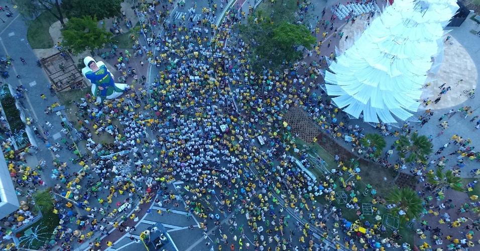 4.dez.2016 - Protesto reúne manifestantes contra o fim da Operação Lava Jato na praça Portugal, em Fortaleza (CE)