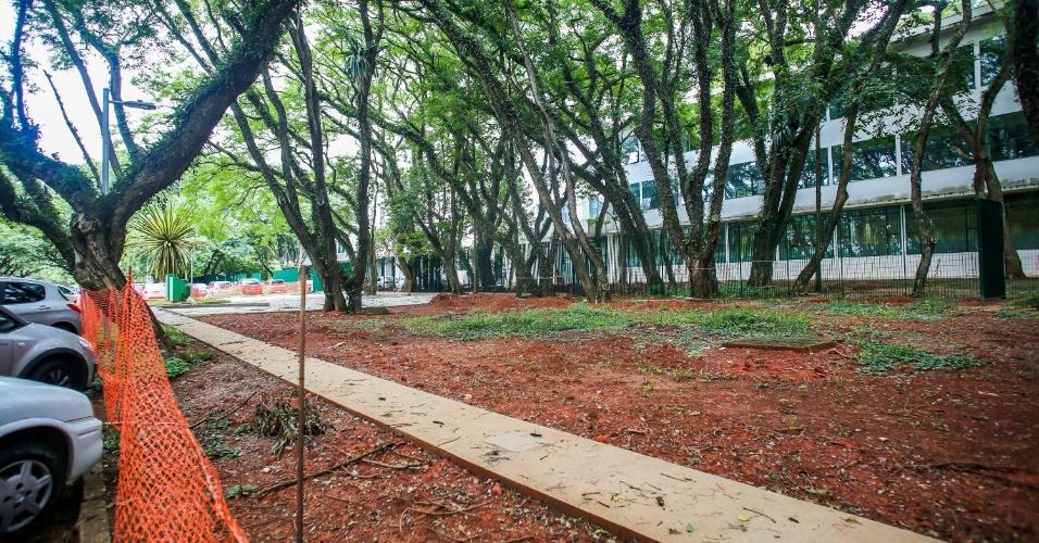 Área próxima ao prédio da reitoria da USP apresenta sinalização para obras