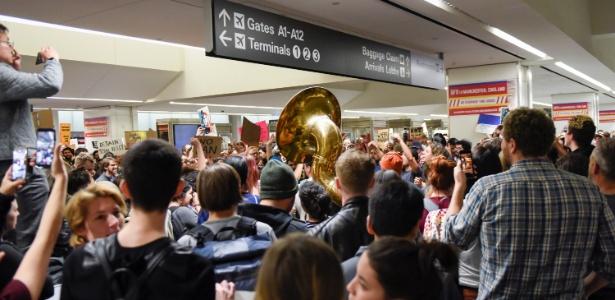 29.jan.2016 - Manifestantes protestam no aeroporto internacional de San Francisco, na Califórnia, contra bloqueio a imigrantes determinado por decreto do presidente Donald Trump