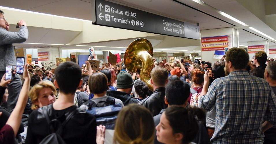 29.jan.2016 - Manifestantes protestam no aeroporto internacional de San Francisco, na Califórnia, contra bloqueio a imigrantes determinado por decreto do presidente Donald Trump. A nova regra impõe controle por três meses contra viajantes procedentes de Irã, Iraque, Líbia, Somália, Síria e Iêmen