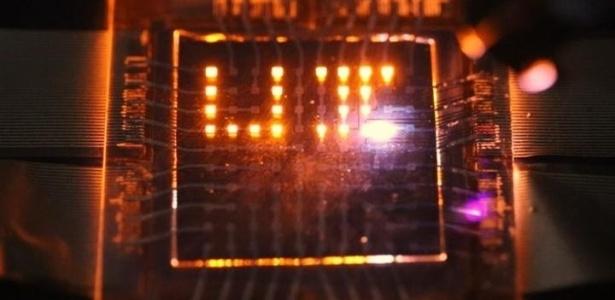 Pixels multifuncionais gerados por LEDs de dupla função podem emitir e responder à luz