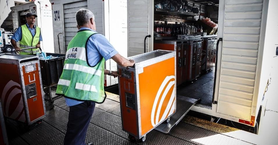 O embarque do serviço do bordo é levado para os caminhões já nos trolleys, os carrinhos que são utilizados pelos comissários de bordo durante o voo