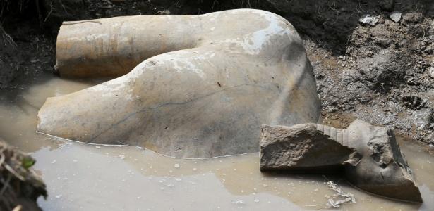 Parte de uma estátua que pode retratar o faraó Ramsés II, que governou o Egito há três mil anos, foi descoberta no Cairo