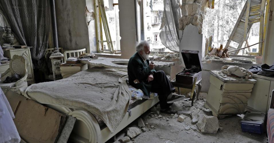 Mohammad Mohiedine Anis, 70, fuma o seu cachimbo e ouve música em sua vitrola em seu quarto em Aleppo, na Síria. Conhecido na região pelo seu apelido, Abu Omar, o sírio é dono de uma coleção de carros antigos. O autor da imagem, Joseph Eid, conta que a foto foi tirada durante um tour pela casa em que Abu Omar ainda vive.