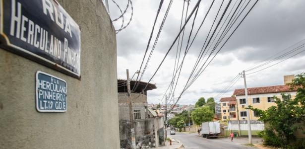 A aparência de tranquilidade da rua Herculano Pinheiro esconde que o local é um dos mais visados por assaltantes para roubar cargas no Rio
