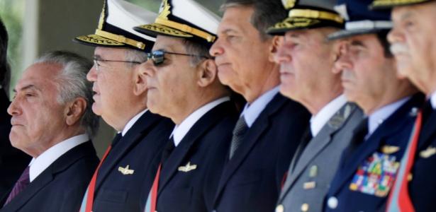 O presidente Michel Temer (último da esquerda) participa de cerimônia de condecoração