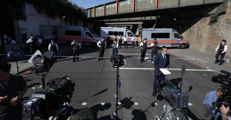 19.jun.2017 - Movimentação de policiais e jornalistas no local onde ocorreu o atropelamento