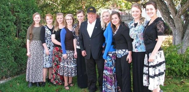 Líder religioso Winston Blackmore posa ao lado de alguns de seus mais de 145 filhos