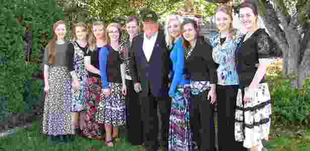Líder religioso Winston Blackmore posa ao lado de alguns de seus mais de 145 filhos - Reprodução