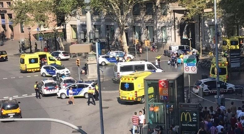 17.ago.2017 - Van atropelou pedestres no centro de Barcelona