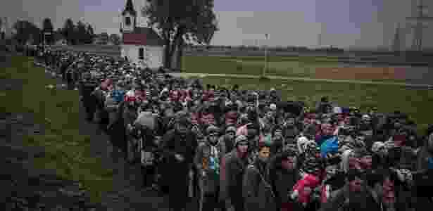 Refugiados são escoltados para campo de registro, nos arredores de Dobova, na Eslovênia - SERGEY PONOMAREV/NYT