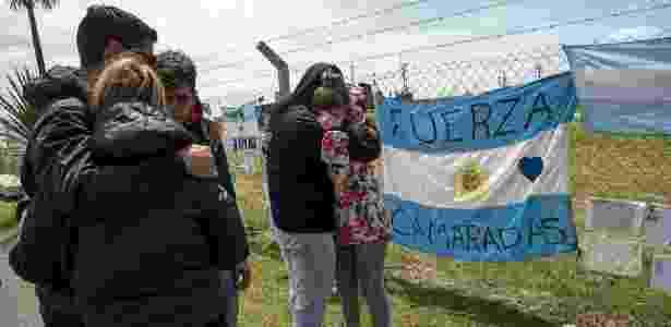 Parentes do tenente Alejandro Damián Tagliapietra na base de Mar del Plata - EITAN ABRAMOVICH/AFP - EITAN ABRAMOVICH/AFP