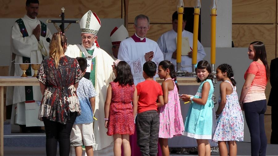 """16.jan.2018 - Papa Francisco abençoa crianças durante missa feita no Parque O""""Higgins, em Santiago  - Maglio Perez/Reuters"""