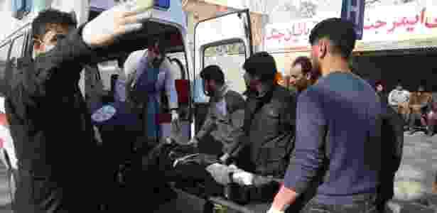 Homem é socorrido após explosão - Rahmat Alizadah/Xinhua