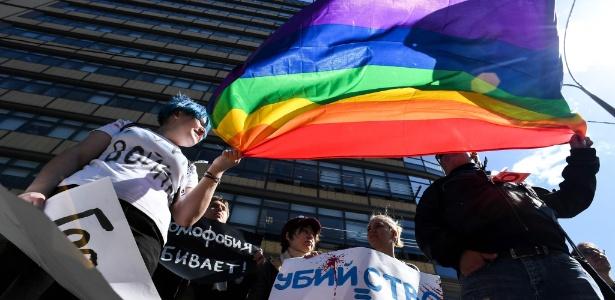 6.mai.2017 - Ativistas dos direitos LGBT participam de protesto em Moscou, Rússia