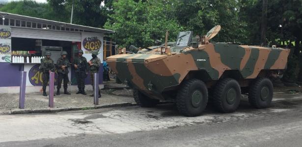 Blindado de transporte de tropas estacionado na Vila Kennedy