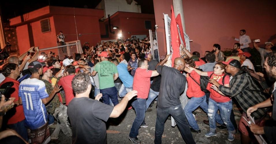 7. abr.2018 - Militantes tentam impedir o ex-presidente Luiz Inácio Lula da Silva (PT) de deixar a sede do Sindicato dos Metalúrgicos do ABC, em São Bernardo do Campo (SP)