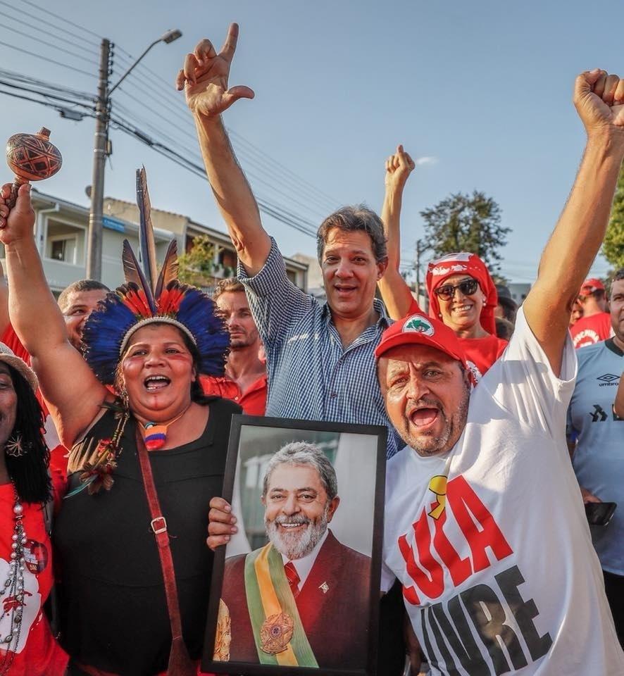 24.abr.2018 - O ex-prefeito de São Paulo Fernando Haddad (PT) participa de ato no acampamento de apoiadores do ex-presidente Luiz Inácio Lula da Silva, em Curitiba