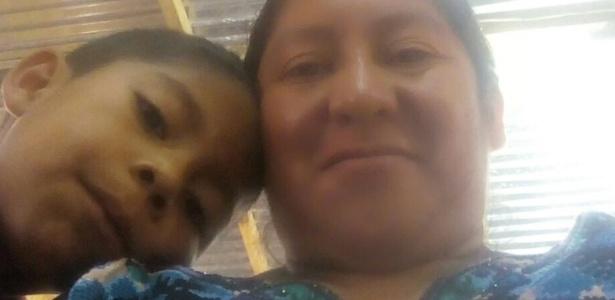 """Beata Mejía Mejía com Darwin Micheal, seu filho de sete anos, antes de serem separados: """"Ninguém me falou para onde ele estava sendo levado"""", diz ela - BBC"""