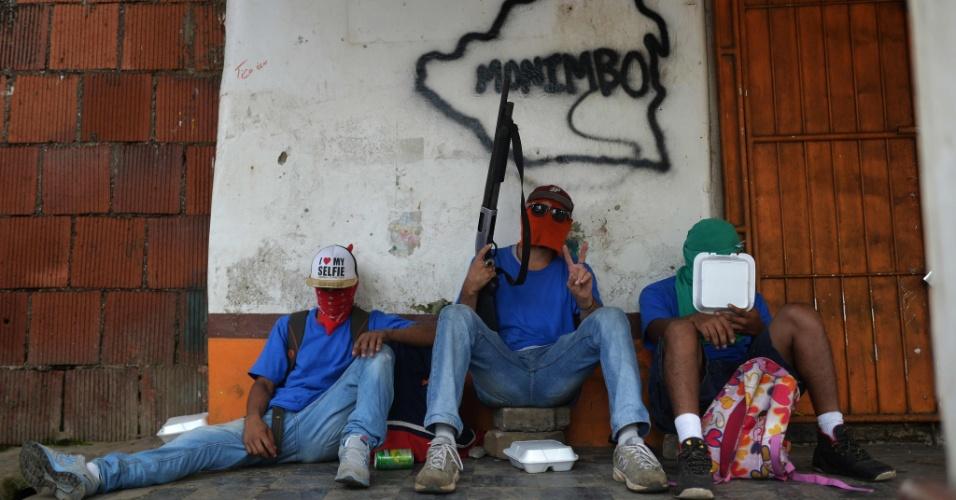 18.jul.2018 -Paramilitares sandinistas descansam em Monimbó, Masaya, na Nicarágua