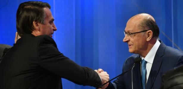 17.ago.2018 - Jair Bolsonaro (PSL) e Geraldo Alckmin (PSDB) se cumprimentam durante debate da RedeTV!/IstoÉ