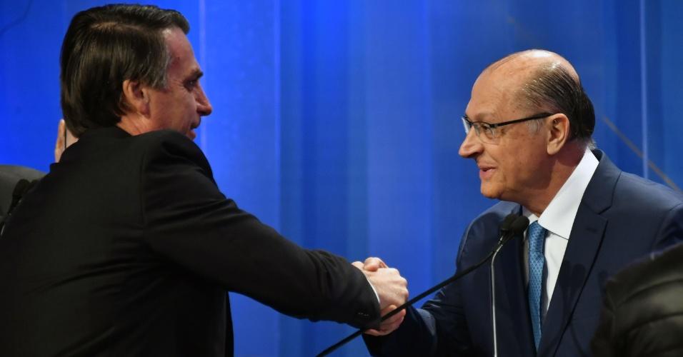 17.ago.2018 - Jair Bolsonaro (PSL) e Geraldo Alckmin (PSDB) se cumprimentam no intervalo de um bloco do debate eleitoral da RedeTV!/IstoÉ nesta sexta-feira (17)