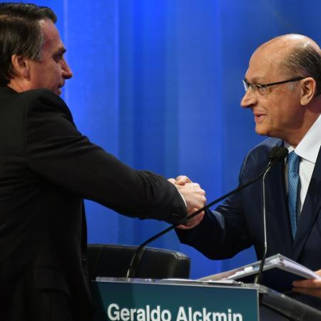 17.ago.2018 - Jair Bolsonaro (PSL) e Geraldo Alckmin (PSDB) se cumprimentam no intervalo de um bloco do debate eleitoral da RedeTV!/IstoÉ nesta sexta-feira (17) - Nelson Almeida/AFP