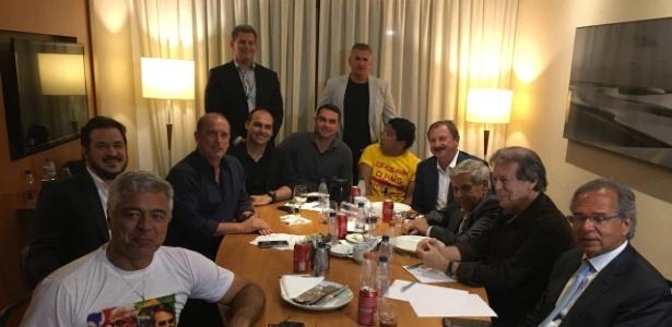 Major Olímpio (PSL-SP), Onyx Lorenzoni (DEM-RS), Magno Malta (PR-ES) e Paulo Guedes (último à direita), consultor na área de economia, entre outros aliados de Bolsonaro que se reuniram em hotel de SP
